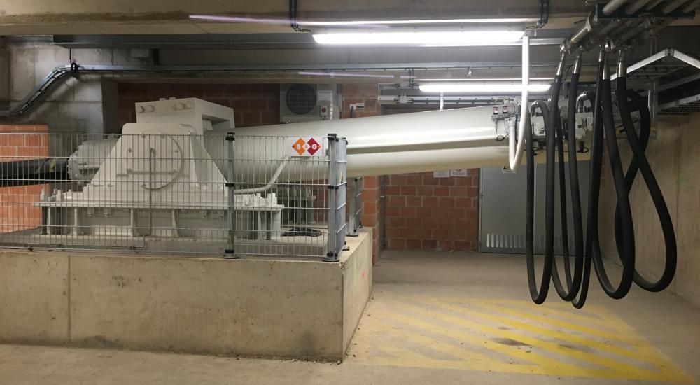 Hydraulische cilinder Londenbrug gemonteerd in brugkelder