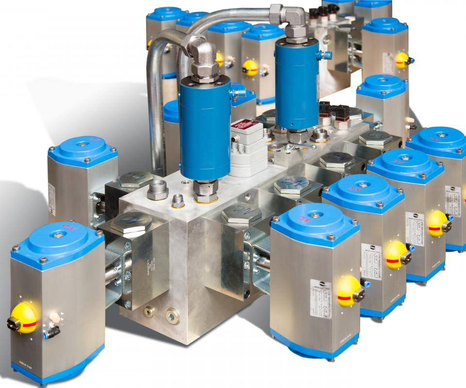 Vameco custom engineering - Aluminium manifold with pneumatically controlled ball valves, flow meters, proportional relief valve and PT100 temperature sensors
